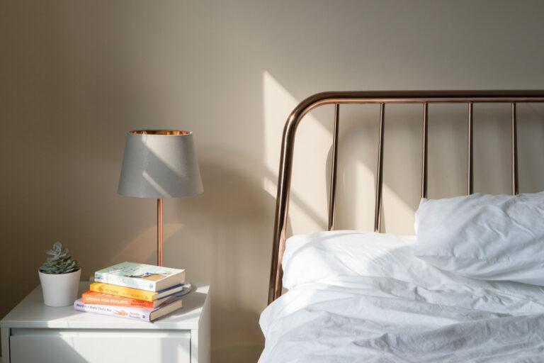 Med et sengebord kan du altid have medicin og andre vigtige ting tæt på dig - 3 tips til at finde det rigtige